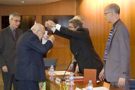 El rector imposa la medalla al nou doctor.
