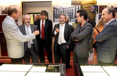 El rector Josep Joan Moreso, acompanyat de la resta d'autoritats, durant la inauguració de l'exposició
