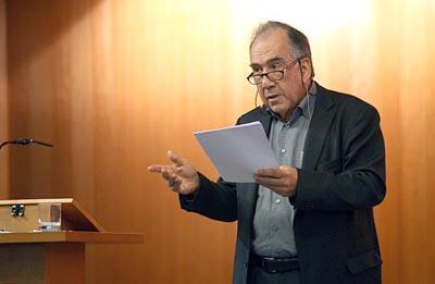 Joan Margarit llegint algun dels seus poemes