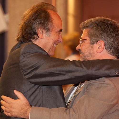Serrat rep l'abraçada del rector Moreso