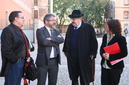 Umberto Eco en el moment de la seva arribada al campus de la Ciutadella, acompanyat per Javier Aparicio, Josep Joan Moreso i Mireia Trenchs