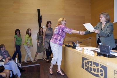 Membres del PAS recollint el premi a la Iniciativa i a la Innovació en Administració i Serveis, de mans de Núria Basi