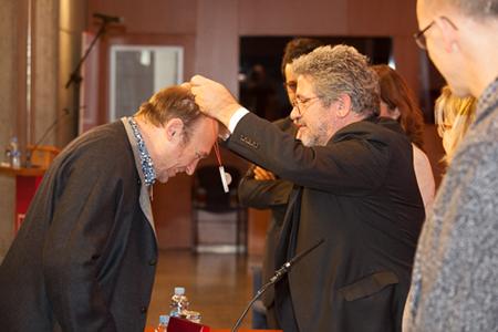 Josep Joan Moreso imposant la medalla honoris causa a Miquel Barceló