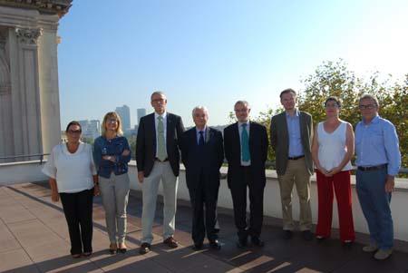 Foto de grupo de los asistentes al acto de firma