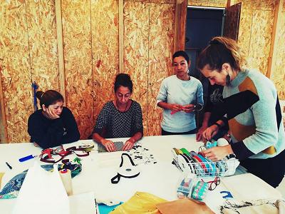 Dones creant els productes tèxtils